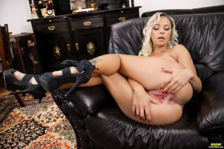 Feet and pussy [October 13, 2015] - naomi008_p.jpg